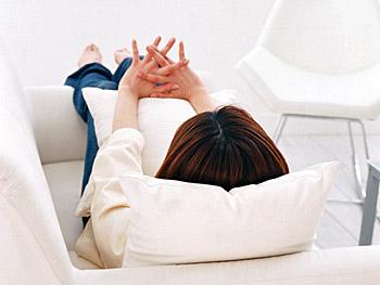 ソファに寝転ぶ女子