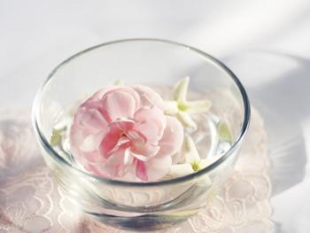 水に浮かんだピンクの花