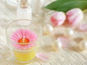 花のキャンドルとチューリップ